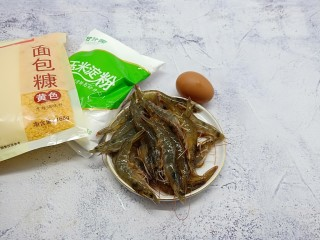 面包糠炸虾,准备一个鸡蛋,新鲜的对虾、面包糠以及玉米淀粉当然少不了。