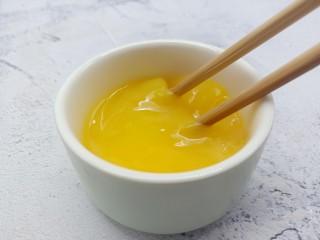 面包糠炸虾,准备一个鸡蛋、加少许的细盐。用筷子把鸡蛋打散备用。