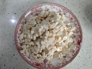 中和汤,龙湾豆腐切丁(要用老豆腐。不易碎)。