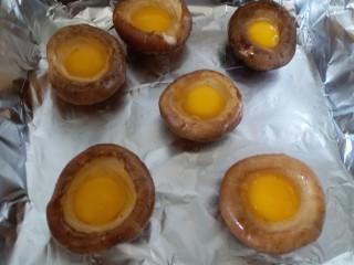 香菇烤太阳,烤盘内铺锡纸,香菇平铺在烤盘里,把鹌鹑蛋小心的磕在香菇内