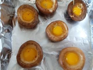香菇烤太阳,撒上少量辣椒面和迷迭香。放进烤箱180度烘烤18分钟左右