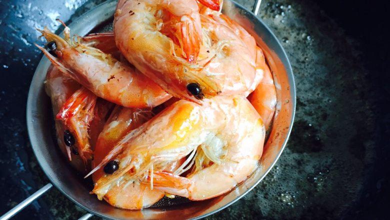 避风塘炒虾,捞起沥干油份