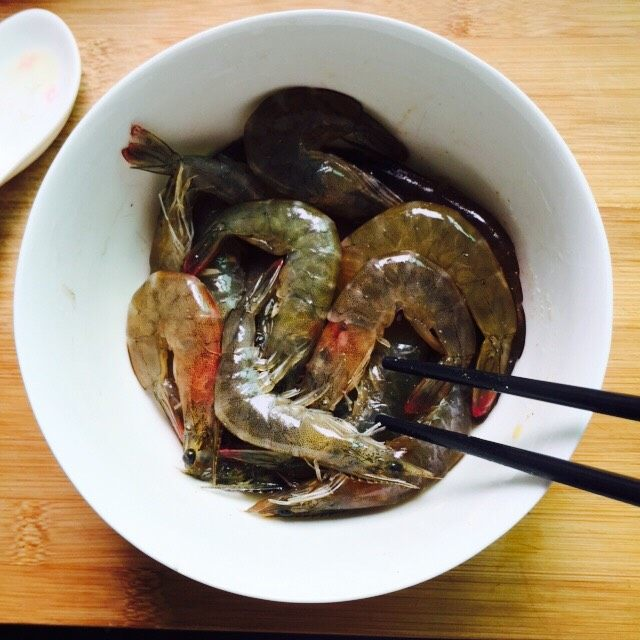 避风塘炒虾,搅拌均匀腌制二十分钟