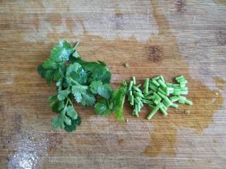 干锅肥肠,香菜洗净切碎备用。