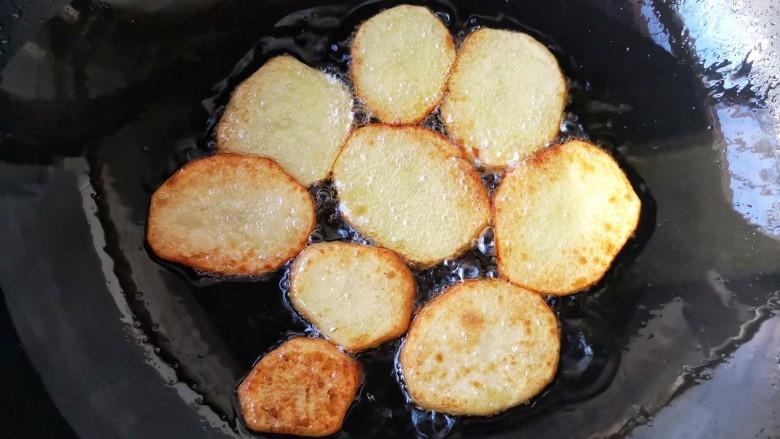 干锅肥肠,煎至两面微焦后即可沥油盛出备用。