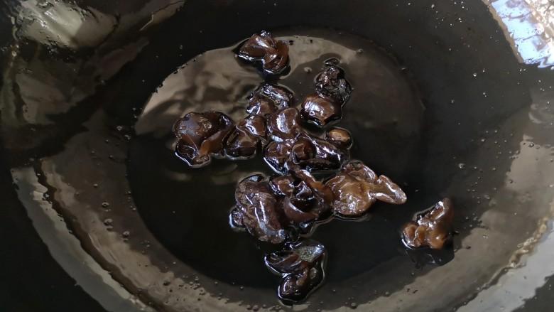 干锅肥肠,再下入炒过水的木耳煎一下(木耳焯水是为了下油锅后不易爆油,防止烫伤)。