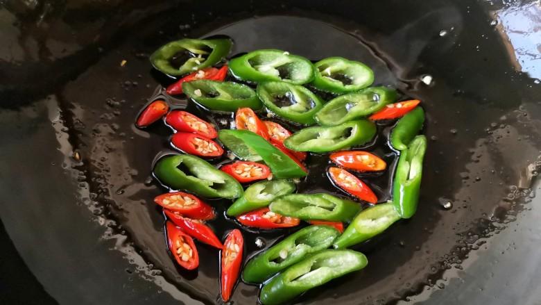 干锅肥肠,再下入青红椒煸炒一下断生即可沥油盛出备用。