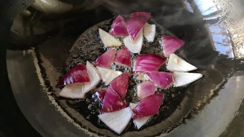 干锅肥肠,下洋葱煎一下沥油盛出备用。