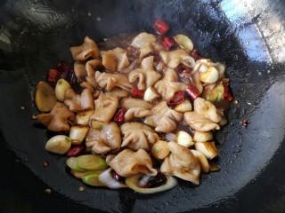 干锅肥肠,大火翻炒至肥肠上色,汤基本收干。