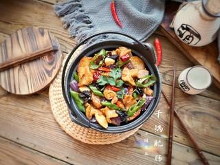 干锅肥肠,一盘色泽红亮,滋味鲜香的干锅肥肠就可以装盘上桌了。
