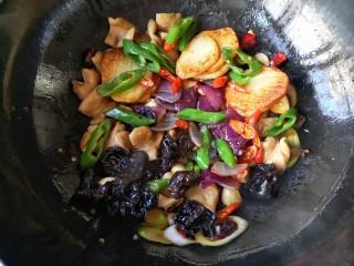 干锅肥肠,下入各种煎好的配菜。