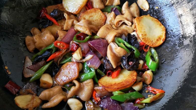 干锅肥肠,翻炒均匀。