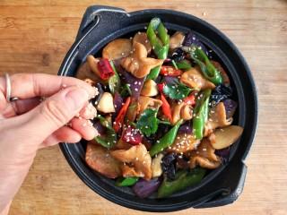 干锅肥肠,出锅后撒香菜碎和白芝麻提香。