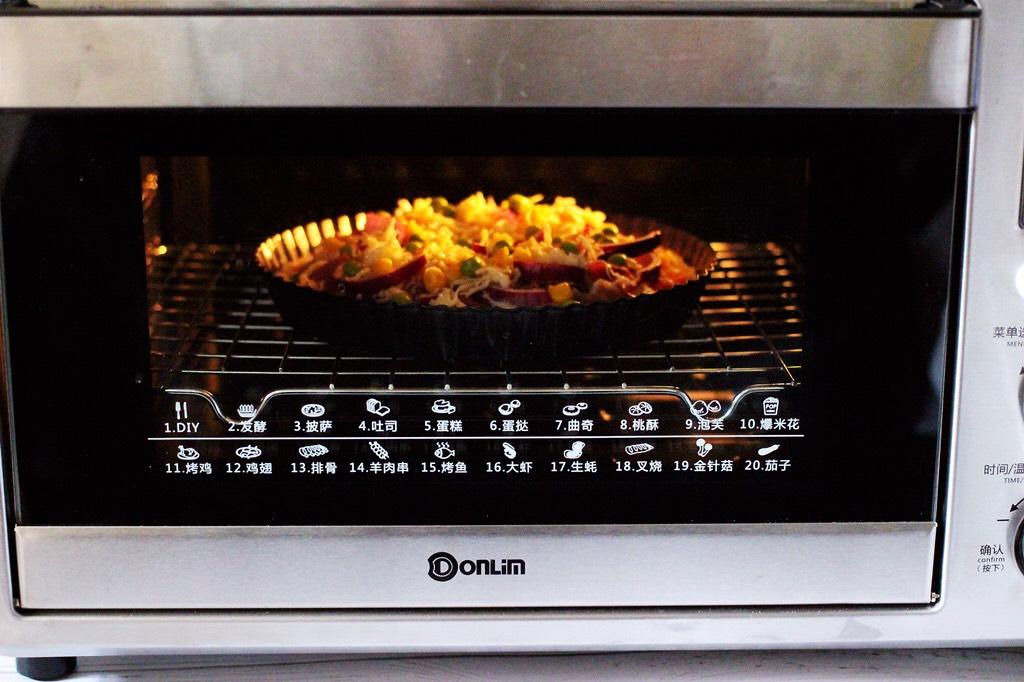 培根青豆披萨,烤箱启动披萨功能,上管190度,下管175度烤制20分钟。(烤箱时间及温度仅供参考)</p> <p>