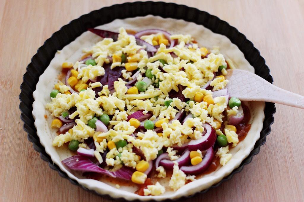 培根青豆披萨,这个时候再随自己喜好撒上一层芝士。</p> <p>