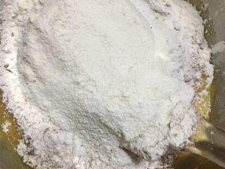 巧克力软曲奇🍪(趣多多),5️⃣ 筛入低筋面粉、小苏打和可可粉,用刮刀搅拌均匀。
