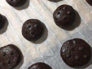 巧克力软曲奇🍪(趣多多),1️⃣1️⃣ 每个表面沾上适量的巧克力豆点缀。