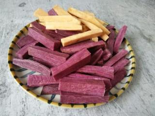 双色红薯条,紫薯红薯,洗干净去皮,切成长条如图