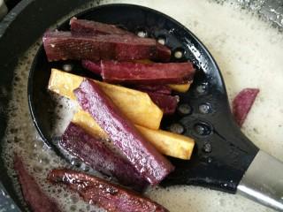 双色红薯条,可以取一根,尝一下,不要炸过了