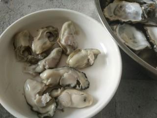 海蛎子炒鸡蛋,把海蛎的肉剥出来