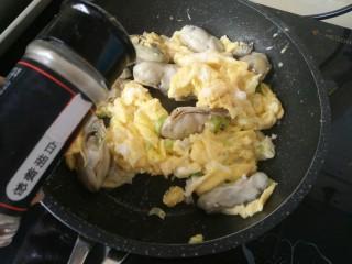 海蛎子炒鸡蛋,一起翻炒至凝固,加少许白胡椒粉
