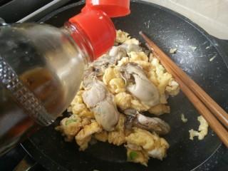 海蛎子炒鸡蛋,最后淋入香油提香