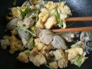 海蛎子炒鸡蛋,出锅之前撒香菜