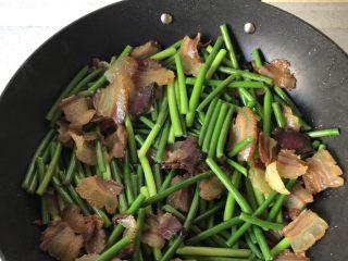 蒜苗炒腊肉,翻炒至变色