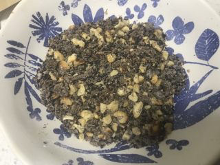 黑芝麻核桃红糖饼,继续给碗里加入红糖和熟面粉搅拌均匀即可。
