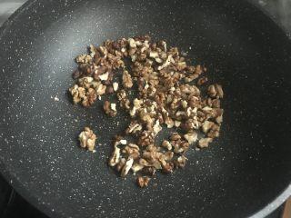 黑芝麻核桃红糖饼,剥好的核桃放入炒锅,炒熟香味。