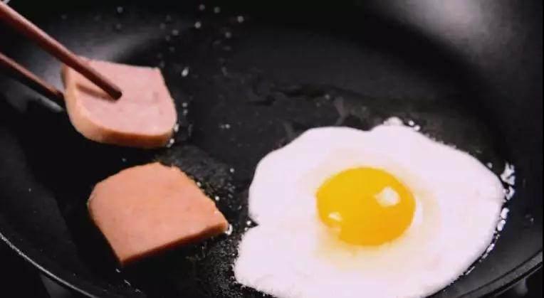 深夜食堂:火鸡面的正确打开方式!,用平底锅煎下荷包蛋和午餐肉