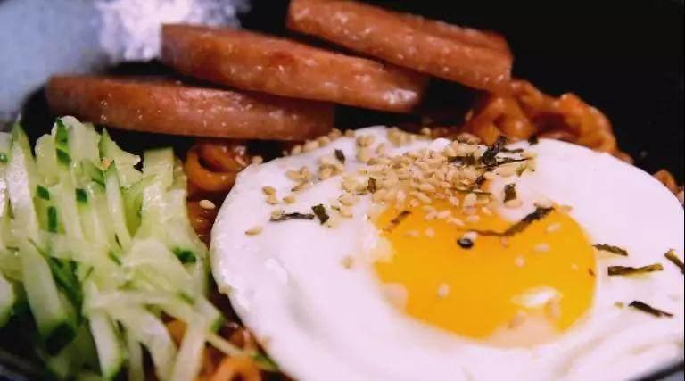 深夜食堂:火鸡面的正确打开方式!,摆上煎蛋、黄瓜丝、午餐肉,最后撒上海苔碎