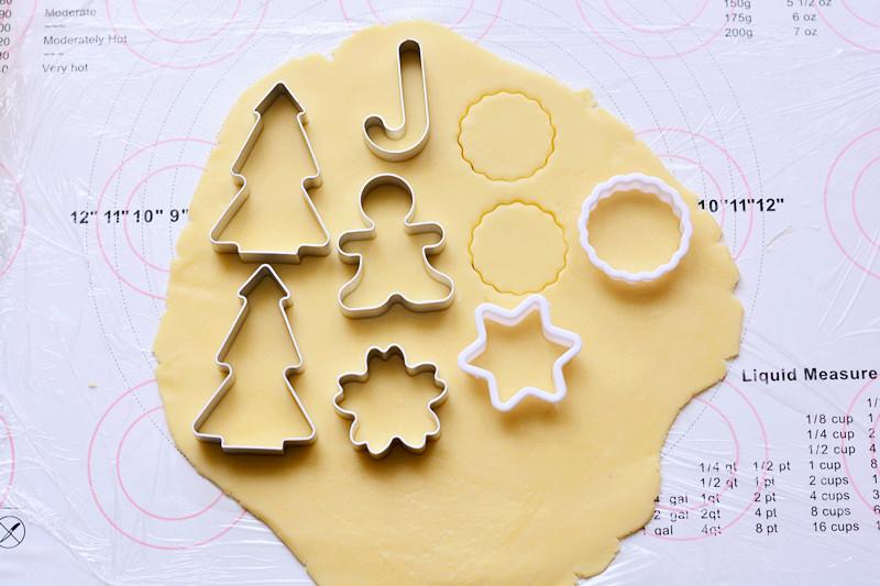圣诞糖霜饼干,取出冷藏好的面团,擀成0.3CM左右的薄片,用饼干模具压出自己喜欢的图案</p> <p>