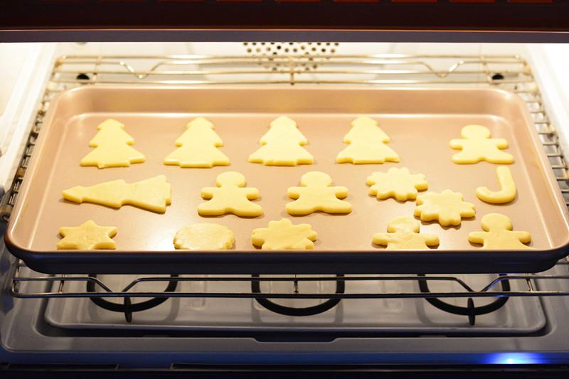 圣诞糖霜饼干,将饼干放入预热的烤箱,170度中层,烤12-15分钟。</p> <p>