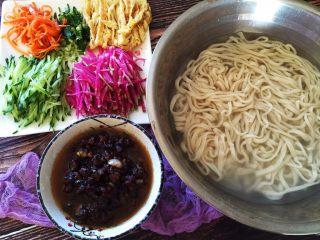 炸酱面,准备就绪,捞出面条,沥干水分就可以放上自己喜欢的蔬菜开吃了