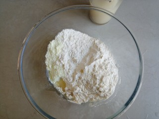 圣诞树馒头,酵母和糖溶于温水中,奶粉、面粉和油倒入和面盆里