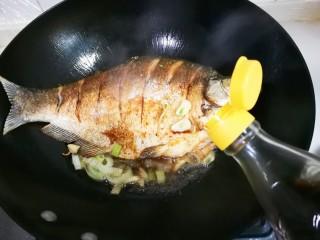 泡椒烧鳊鱼,放入一勺醋