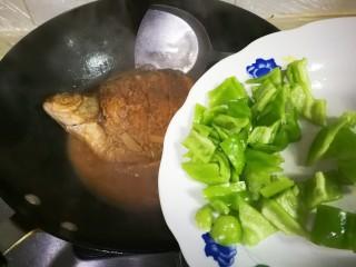 泡椒烧鳊鱼,中火烧至汤汁剩下三分之一,中途翻面,放入泡椒