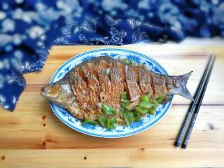 泡椒烧鳊鱼,出锅盛盘