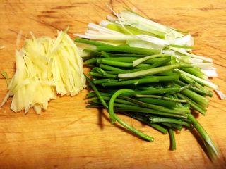 香葱爆海螺片,香菜取梗、葱、姜洗净切成丝或段