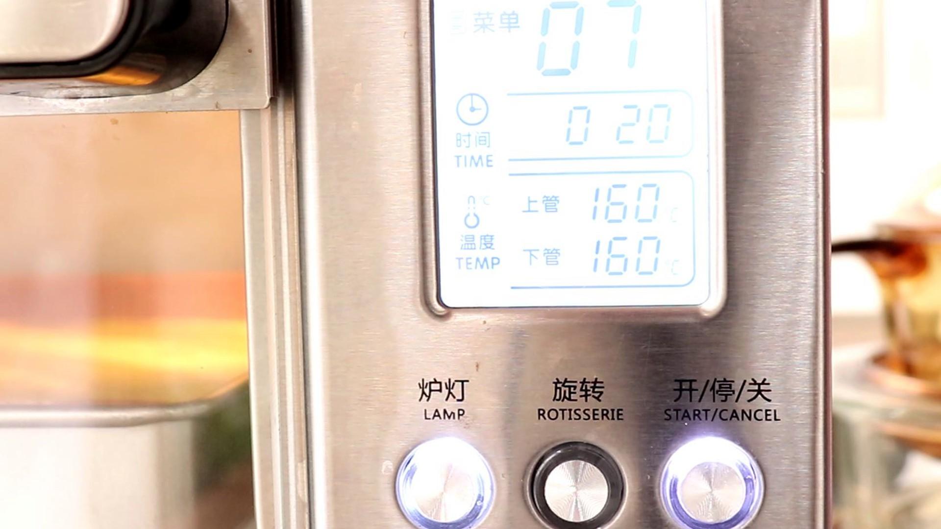 圣诞草莓蛋糕卷,放入烤箱中层,上下管160度,烤20min</p> <p>tips:具体温度和时间,根据自家烤箱情况,去做适当的调整