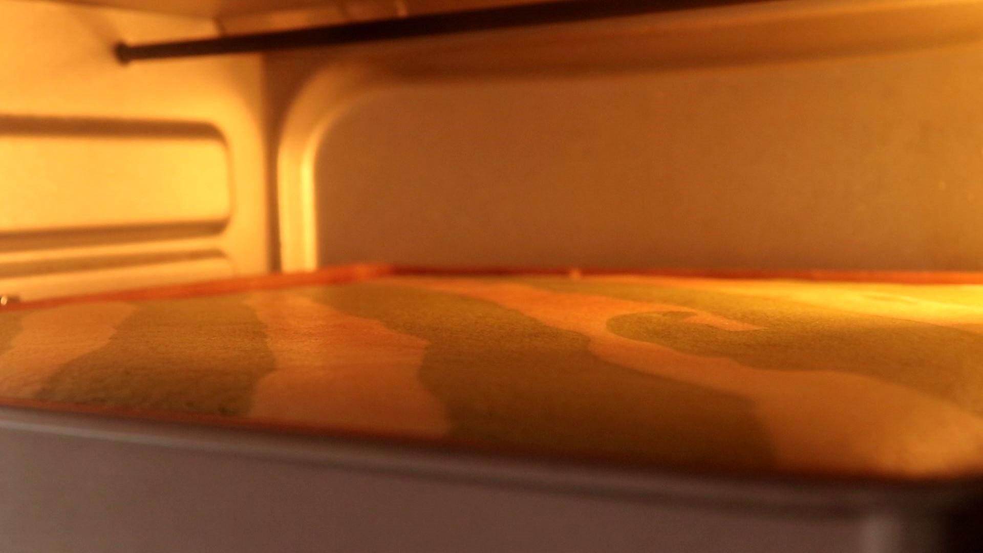 圣诞草莓蛋糕卷,20min后,上管150度,下管170度,烤10min</p> <p>tips:我的烤箱20min后基本还没怎么上色,所以继续调至此温度,烤10min,表面刚好</p> <p>