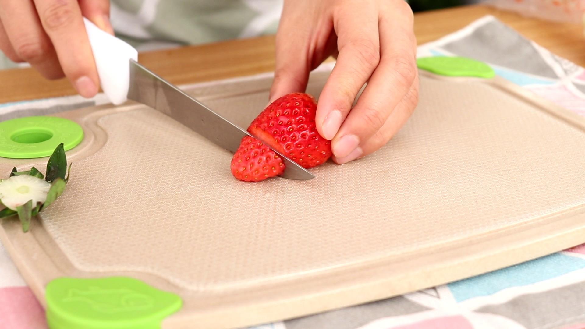圣诞草莓蛋糕卷,蛋糕卷定型时,我们可以制作几个草莓圣诞老人,草莓去蒂,切掉头部</p> <p>