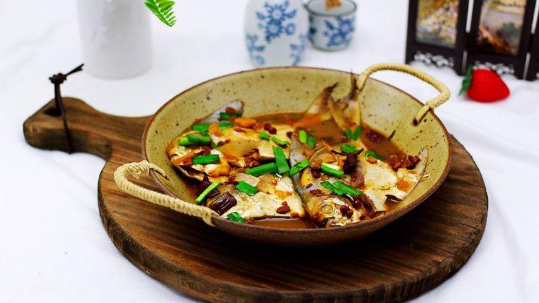 酱焖海鲳鱼,配上米饭或是面食,真的不要太赞哟,下饭和下酒都是最好的选择哟。