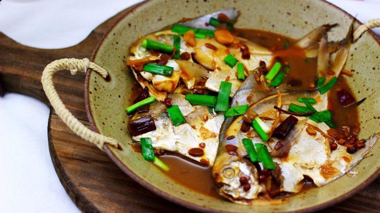 酱焖海鲳鱼,把做好的鲳鱼盛入盘中就可以享用了。