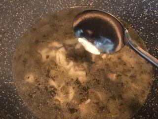 咸菜肉丝面疙瘩,用勺子刮出一小条面团入锅