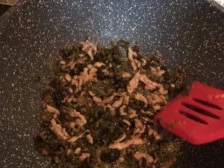 咸菜肉丝面疙瘩,加入肉丝翻炒均匀