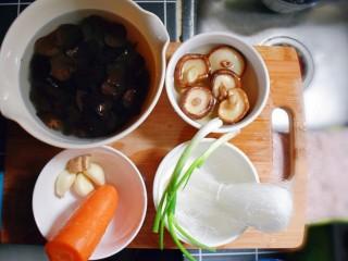 凉拌木耳胡萝卜粉丝,准备食材。干木耳和干香菇提前用水泡至少4个小时。