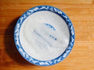 凉拌木耳胡萝卜粉丝,将粉丝用温水泡软。