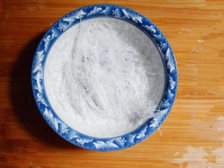 凉拌木耳胡萝卜粉丝,将泡软的粉丝切成10厘米左右的长条,